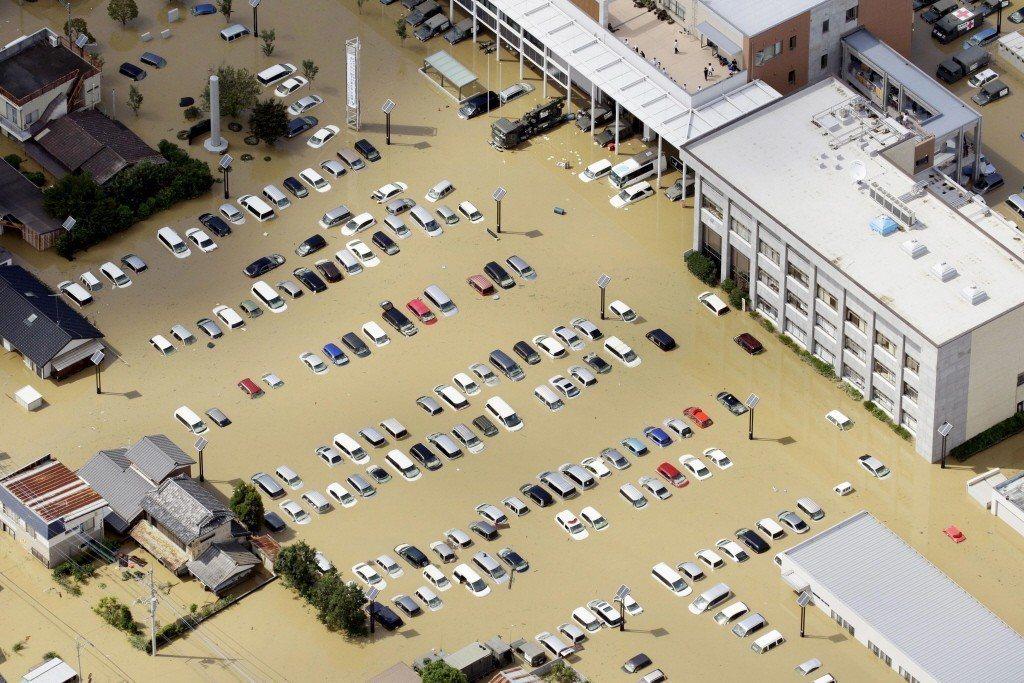 日本茨城縣常總市鬼怒川潰堤,車輛泡在水鄉澤國中。 圖/路透社