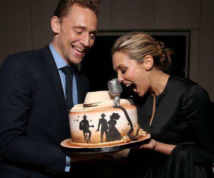 兩人在活動中還收到主辦單位特製的蛋糕呼應湯姆在片中飾演的角色造型,玩得不亦樂乎。...
