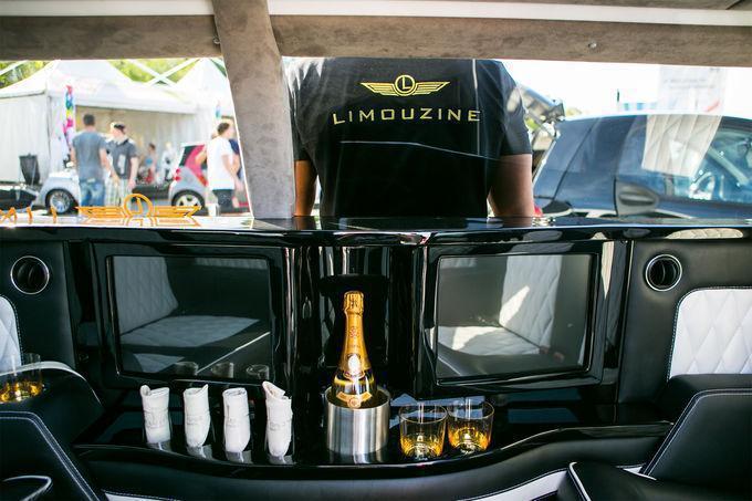 座艙特別設計了兩組大型螢幕、香檳架、杯架等,打造奢華享受。 摘自Limouzine.de