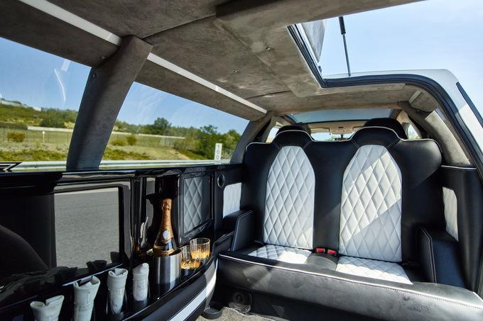 座艙設計豪華時尚,頂篷也採麂皮包覆。 摘自Limouzine.de