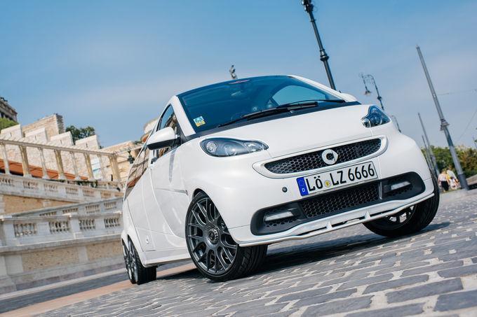 為了呼應5.5m大格局車身,原廠也配上18吋輪圈增添霸氣感。 摘自Limouzine.de