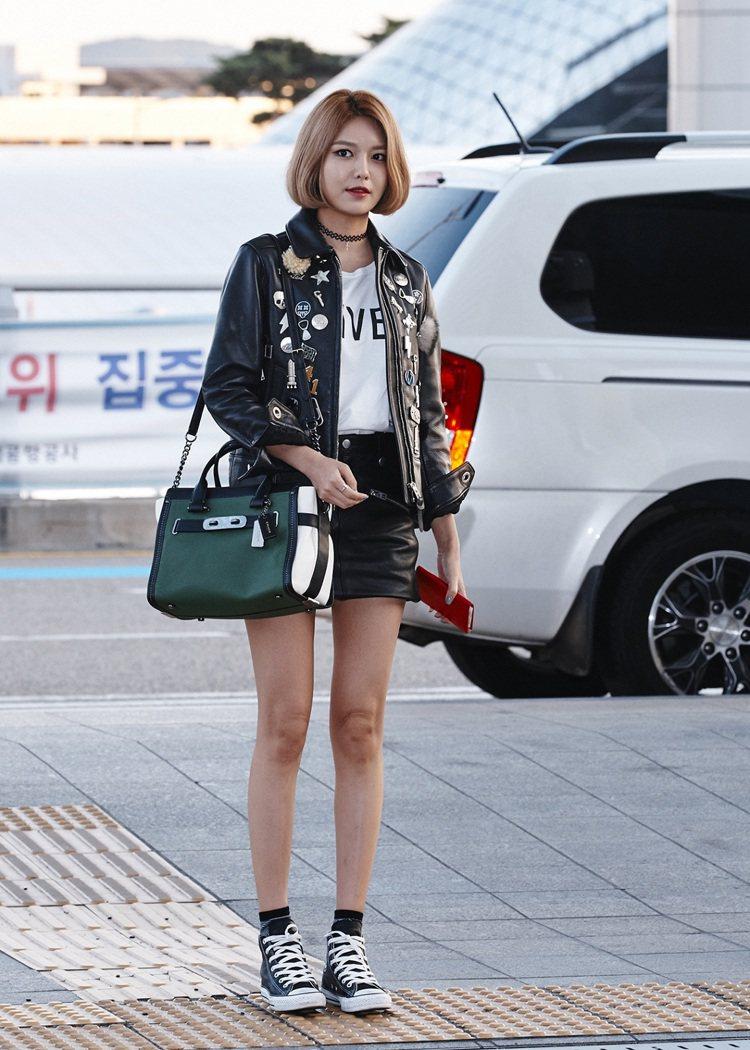 秀英穿Coach 2015 秋裝前往參加品牌2016服裝秀。圖/Coach提供