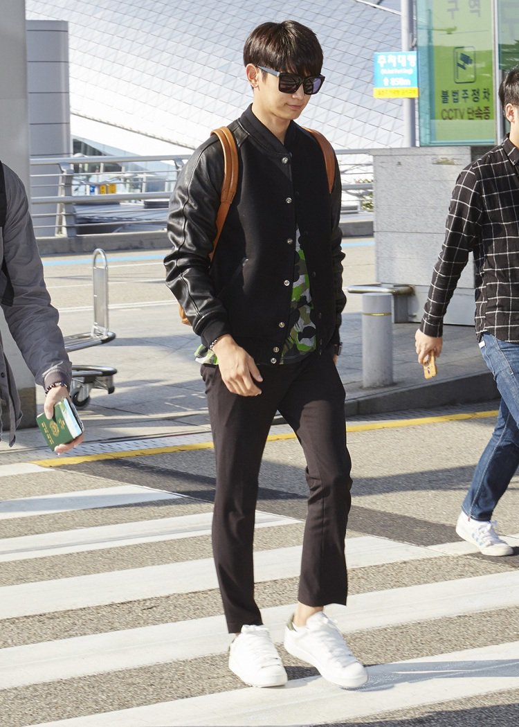 SHINee 珉豪身穿 Coach 2015 秋冬系列飛往紐約參加品牌時裝秀。圖...