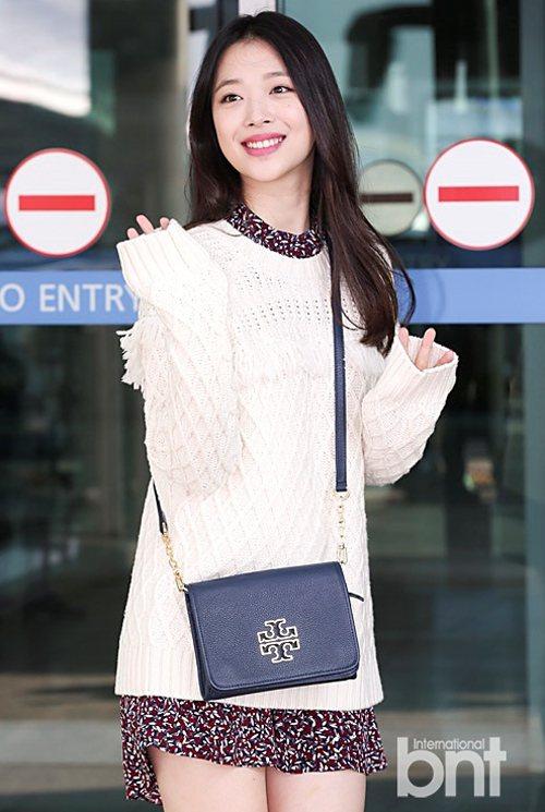 雪莉以毛衣混搭印花裙、踝靴,展現甜美的初秋時尚。圖/BNT提供