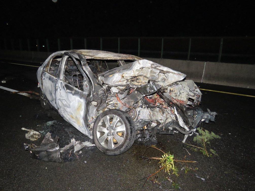 國道三號昨天深夜發生五車追撞事故,其中一部自小客車突然起火燃燒,車內駕駛與副駕駛座被無情烈火燒死。 記者黃茹婷/攝影