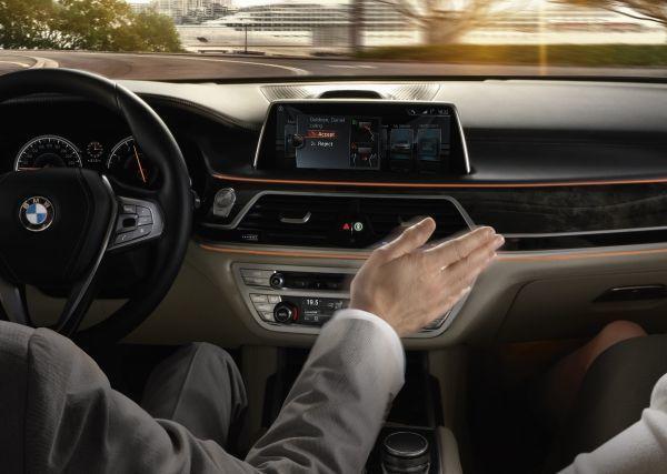 BMW全新旗艦7系列除了具備車庫自動停車的半自動駕駛技術,更結合了新的姿勢控制科...