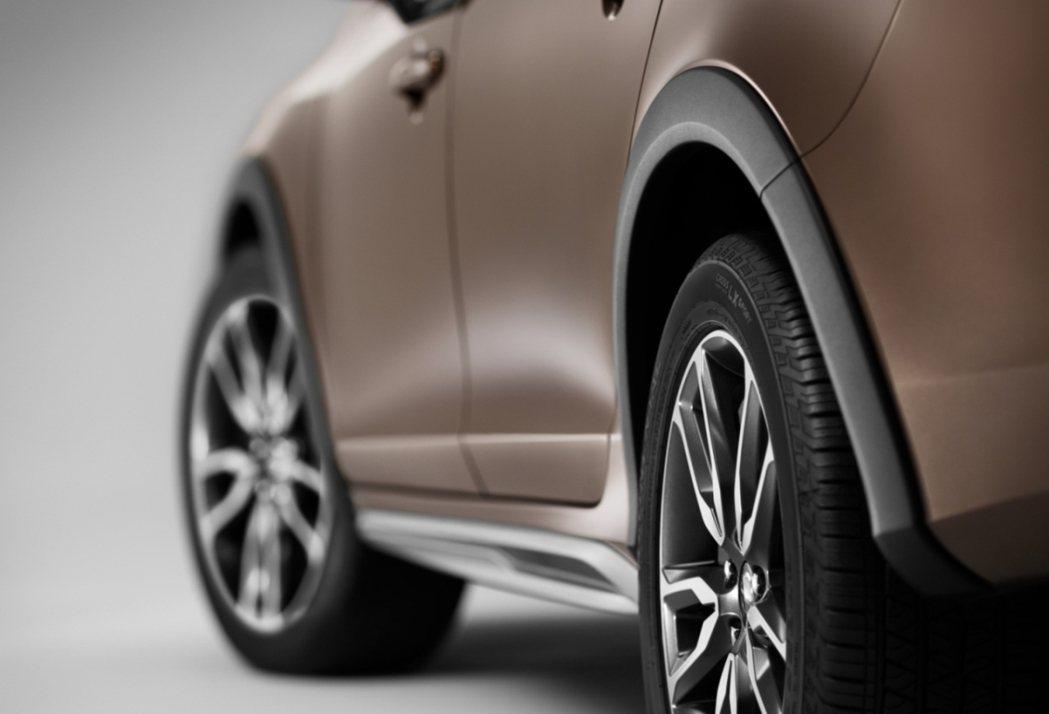 車體前、後輪加上防刮擦輪拱設計,能在行駛崎嶇路面時保護車身。 Volvo提供