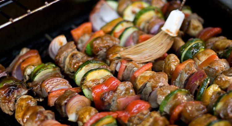 烤肉時,不要直接在肉品上塗上一層又一層的烤肉醬,過鹹會增加身體負擔。 圖/ing...