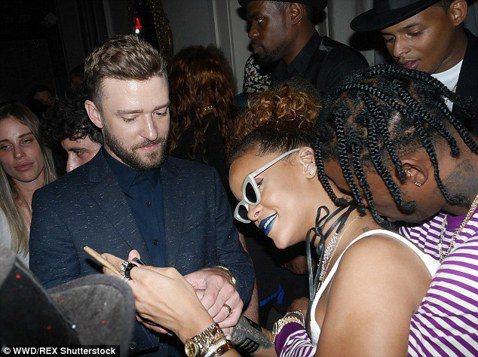 27歲的蕾哈娜主持紐約時裝周派對活動,受邀嘉賓中當然少不了她的新歡-23歲的嘻哈歌手崔維斯史考特,兩人在派對上公然親熱,無視DJ在旁,又親又抱,畫面全都錄,被虧「趕快去開房間啦!」蕾哈娜本人可能無所...