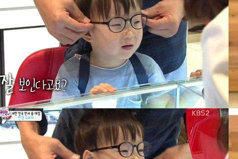 在前天(13日)播出的綜藝節目《超人回來了》中,宋家長子大韓被檢查出近視,讓大家非常心疼。節目中,宋一國因為大韓在集中看東西時總是不停眨眼而帶孩子們去看眼科。經過檢查後,醫生表示大韓經常眨眼是因為內...
