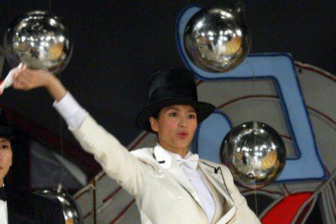 梁詠琪在《綜藝大哥大》節目中表演歌舞,穿上燕尾服,戴起高帽子的Gigi,真是帥死了,還是那雙大長腿,羨慕死小編了。
