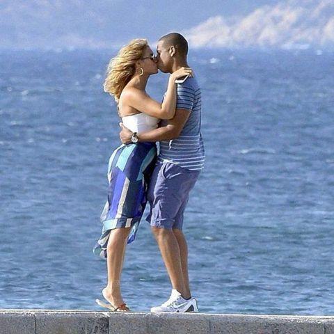 被「In Touch」雜誌以封面報導離婚在即的碧昂絲與傑斯,完全沒被破壞度假的好心情,面對狗仔攝影的鏡頭還大方擁抱、親吻,顯然要離婚還早得很。歐美娛樂雜誌老是指這對樂壇天王天后的婚姻純是利益結合,碧...