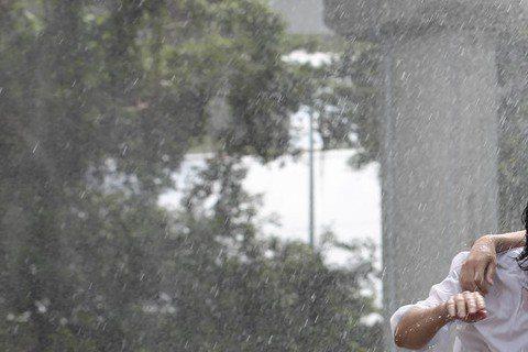 品冠年少裝老成,遇挫折老愛往雨裡衝,將發行的專輯「無法理解的大人」回到年少心境,主打歌「年少時代」MV也比照小時候「淋雨解憂」的模式,找來舞台劇演員尹昭德、李明哲跨刀,3人在雨中上演濕身秀,尹昭德被...