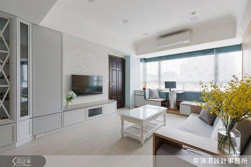 以淺灰色壁面、文化石牆打造的電視牆與淺色家具營造出老前起居空間的舒適與放鬆的氛圍...