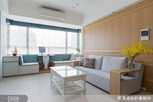 大開窗的臥榻引入滿室陽光,並運用海洋藍色的羅馬簾與同色系的靠枕,在這裡營造出小希...