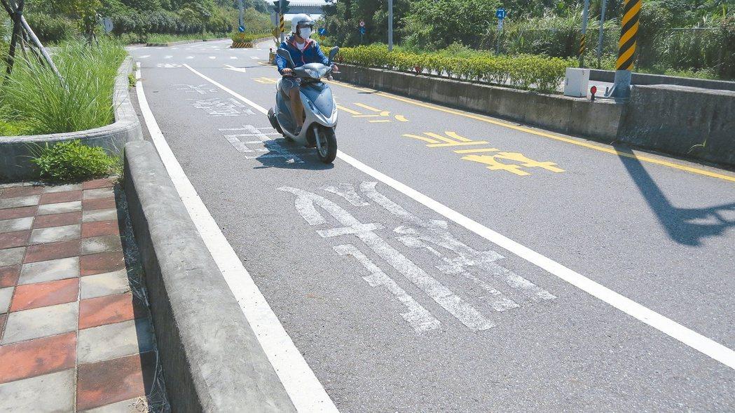 苗栗市聯大路的27處「機車優先」標線磨平,下雨騎車不怕滑溜。 記者范榮達/攝影