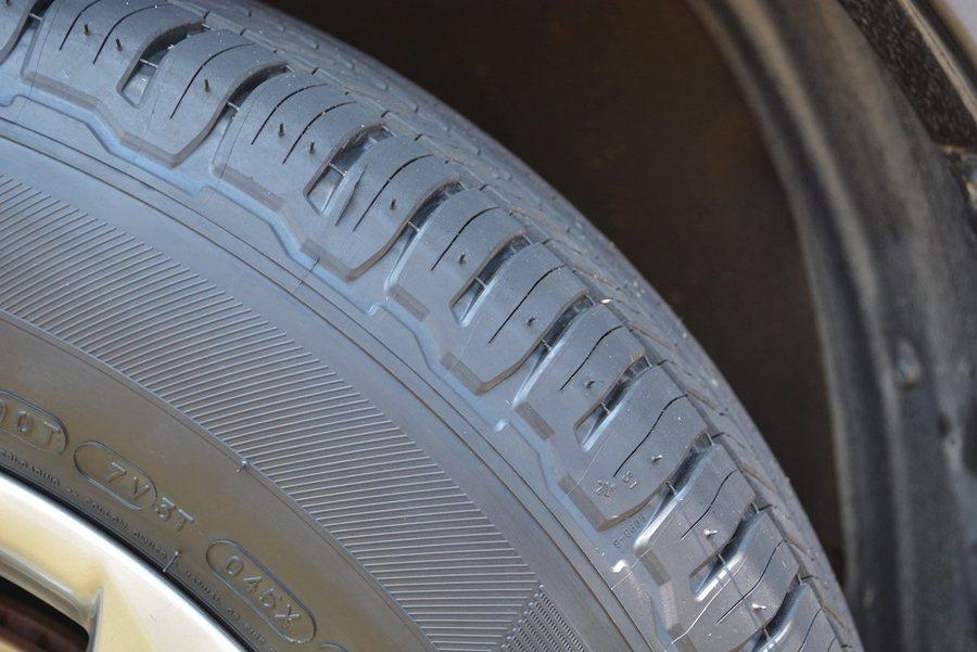 胎肩的胎塊數量,由原來的75塊增加至84塊,讓輪胎噪音分散至較高頻率,讓車身能夠有效過濾噪音。   記者趙惠群/攝影