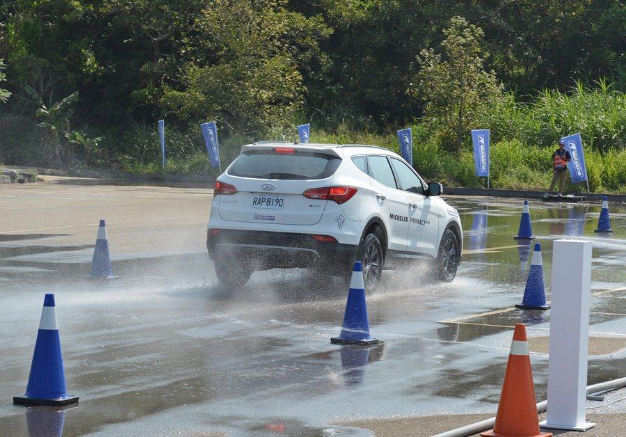 濕地加速場地上,當車速達到80公里時,在地濕地上急煞,利用儀器測試計錄,Primacy SUV在直線上煞停距離明顯比另一品牌的SUV輪胎縮短3公尺多。 記者趙惠群/攝影
