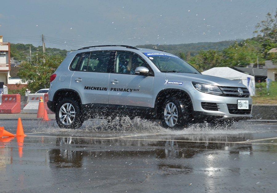 在繞錐運動中,因為SUV的高重心,加上路面積水,出彎時車尾擺幅度會很大。 記者趙惠群/攝影