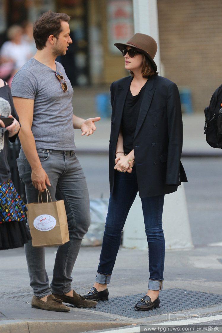 西裝外套、中性樂福鞋與寬邊帽,讓她散發摩登、率性不羈的氛圍。圖/達志影像