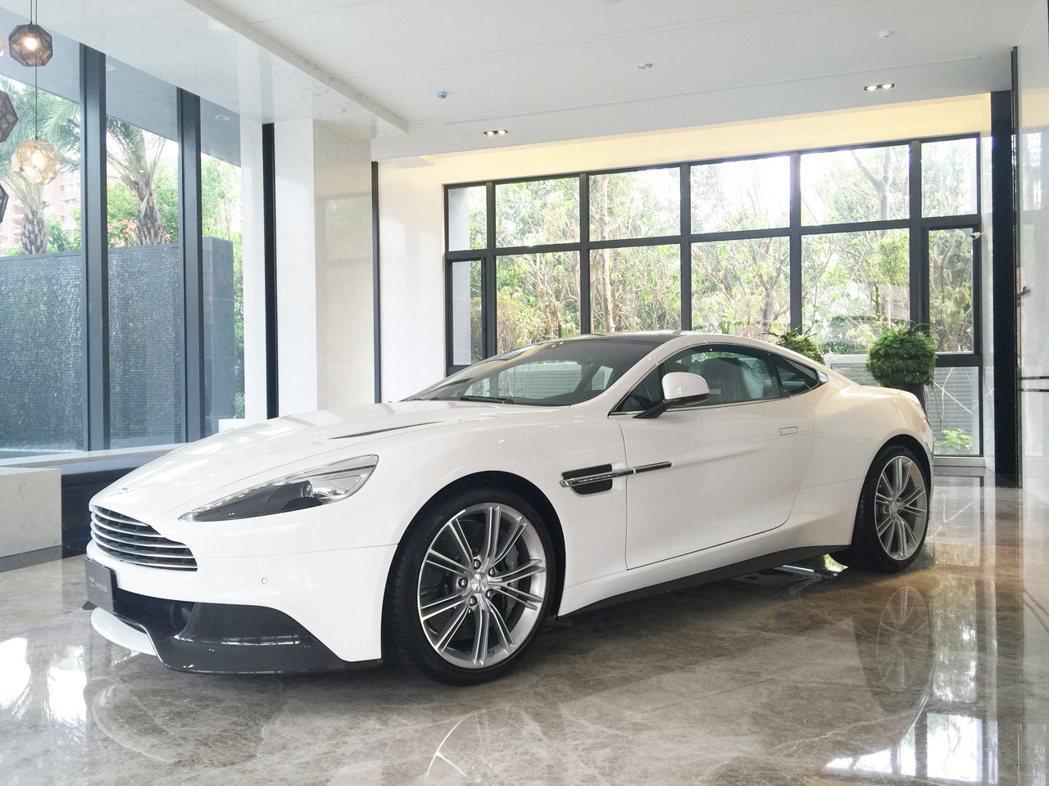 「Le More」大廳展示這台Aston Martin Vanquish,標準配...