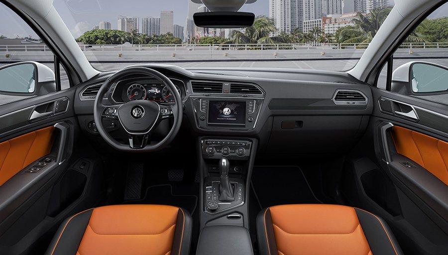 整個車室為全新設計,運用皮革、塑料搭配金屬飾條,組合出時尚風味與跑車風格強烈的車...