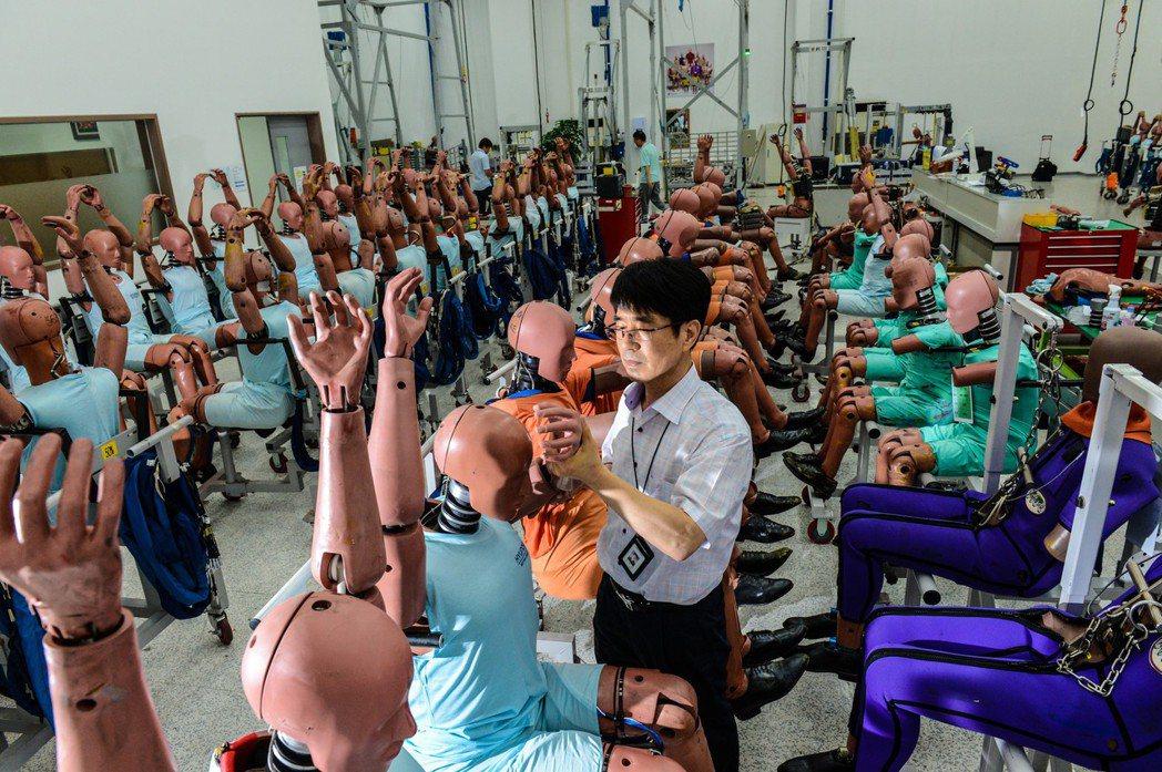 碰撞測試廠內計有180位假人,每具造價根據感知器不同約落在240~1200萬以上。 Kia提供