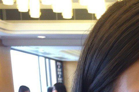混血女星水原希子斷了與BigBang隊長GD的6年「緋聞情」,做回朋友。回歸單身的她與粉絲分享了大快朵頤吃雞爪的照片,照片中素顏的水原希子手抓雞爪吃相豪邁,一點也不擔心油膩膩。網友笑說「吃相能再差一...