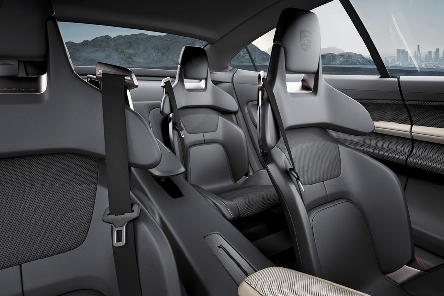 Mission E有四張獨立式的賽車桶型座椅,輕量化設計可減輕重量,並可在動態駕...