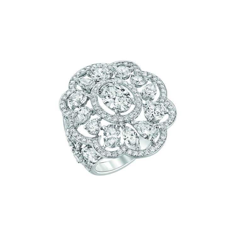 Envoutante戒指,18K白金鑲嵌1顆重1克拉的橢圓形切割鑽石,19顆總重...