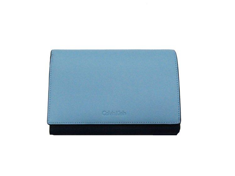 Calvin Klein platinum藍色牛皮中夾,售價6,490元。圖/C...