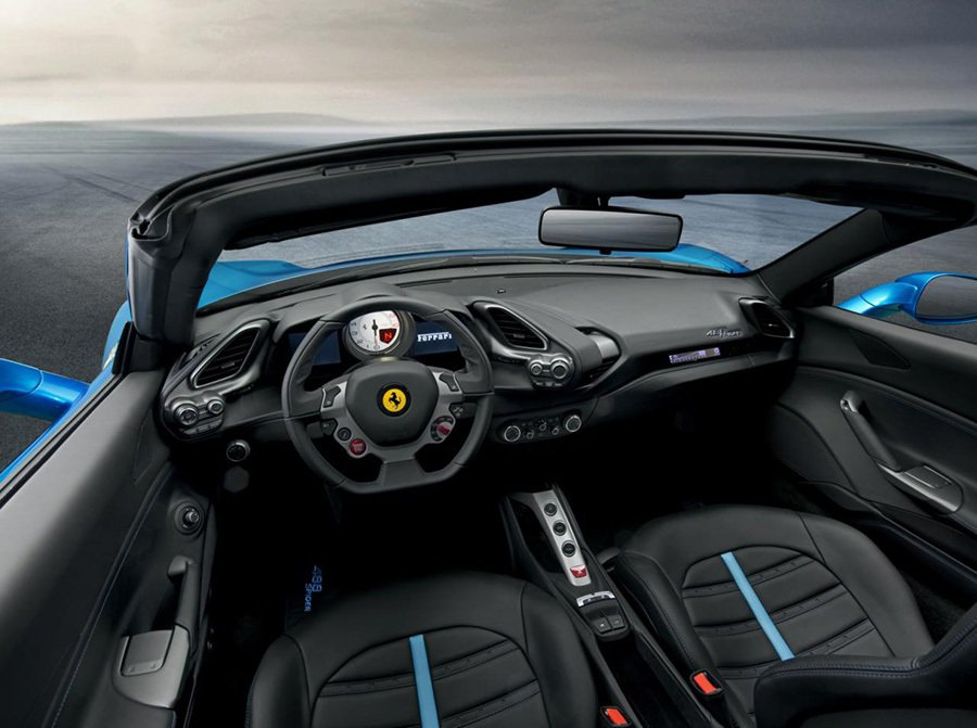 駕駛可在開篷後更清楚聽見雙渦輪 V8引擎的天籟之音。 FERRARI提供