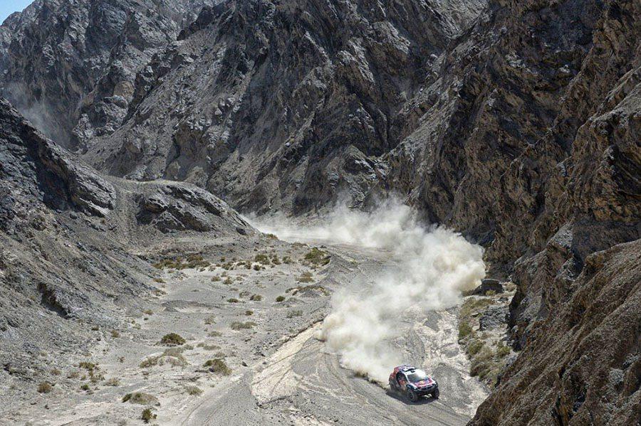 漫長、詭譎路況的絲綢之路充滿各式嚴峻地形考驗,包含巨大遼闊的沙漠、丘陵、河床、泥濘、礫岩等劇烈路況變化。 PEUGEOT提供