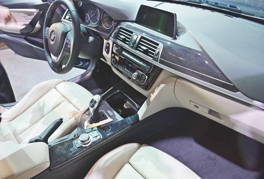 配備更齊備,全車系標準配備雙前座電動座椅含駕駛座記憶功能、跑車式多功能真皮方向盤、環艙照明燈光組、分離式恆溫空調系統、藍牙免持行動電話等。 記者趙惠群/攝影