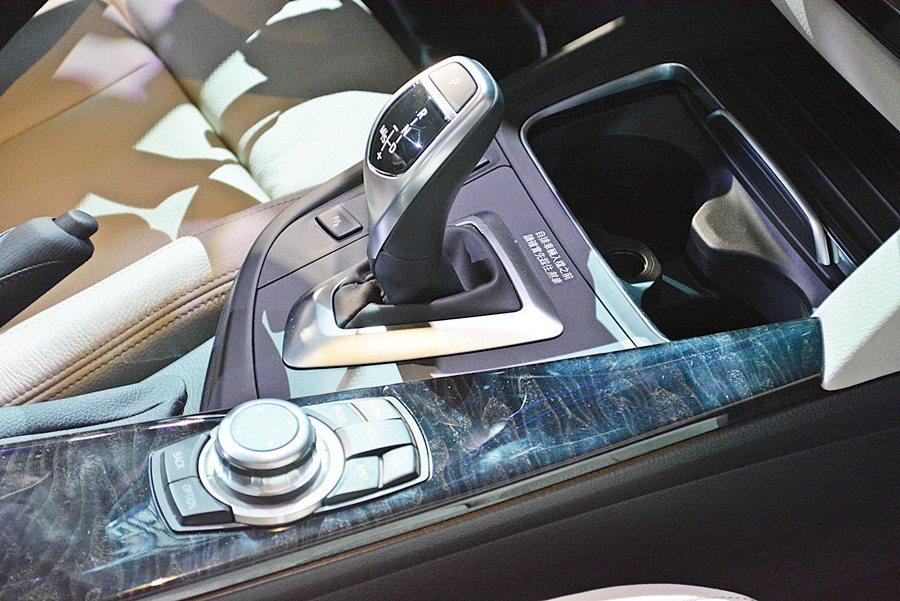 320i、330i配備的TwinPower Turbo汽油直列四缸引擎,各有184匹、252匹德制馬力。 記者趙惠群/攝影