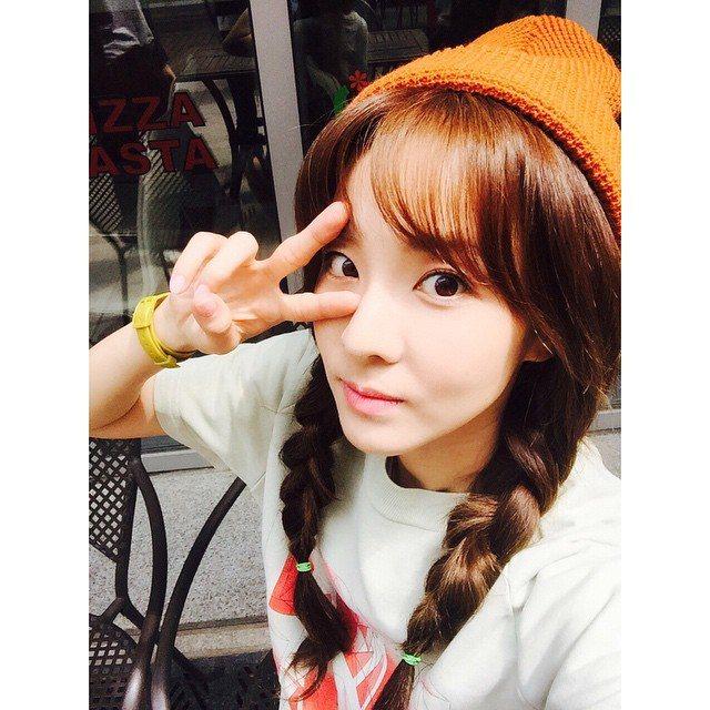 想學 Dara 穿搭風格,各式各樣帽子是必備單品。。圖/擷自Sandara Pa...