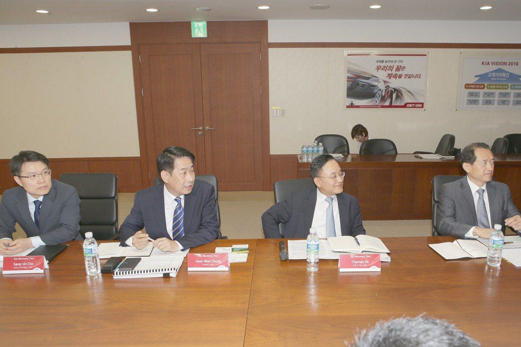 (左一)起亞汽車集團海外產品行銷部總經理趙祥雲(Sang-Un Cho)先生,(左二)起亞汽車集團中國事業部理事鄭淳元(Soon-Won Chung)先生,(中)起亞汽車集團海外營業部執行副總裁暨營運長吳泰賢(Tae-Hyun Oh)先生,(右一)起亞汽車集團中東、非洲、亞洲及太平洋區理事金容聲(Yong-Sung Kim)先生 KIA提供