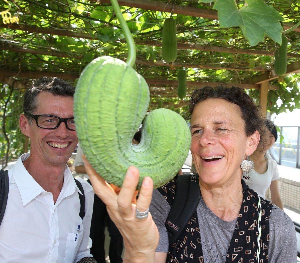 美國西雅圖市食物森林創辦人Jacqueline Cramer女士(右)和Glen...