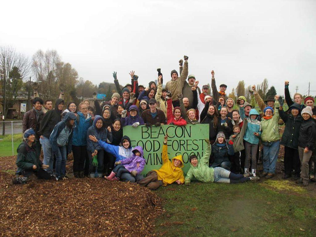社區居民共同參與,在食物森林圓了自己種菜的夢想。 圖/必肯食物森林提供