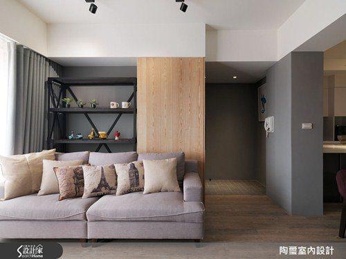 沙發後方的木材質元素乍看之下只是牆面,但其實隱藏了推拉式的鞋櫃,讓收納機能與美感...