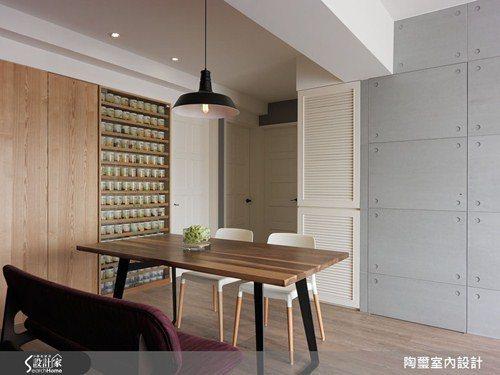 設計師將餐桌旁的櫃體打造為展示櫃與隱藏式收納櫃,藉由原木質感與清玻璃,帶出細緻迷...