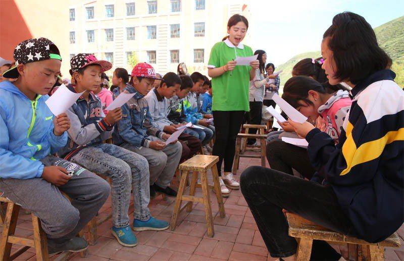 來自台灣師範大學及大陸青海師範大學的課輔志工,在暑假期間前往青海的偏鄉學校為弱勢...