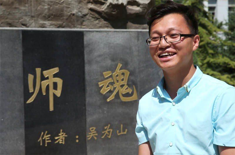 大陸知名雕塑家吳為山做了「師魂」雕塑,為紀念2008年汶川地震中為學生犧牲生命的...