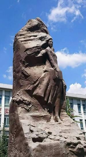 青海師範大學的「師魂」雕塑,是大陸知名雕塑家吳為山的作品,要喚起世人對鄉村教師和...