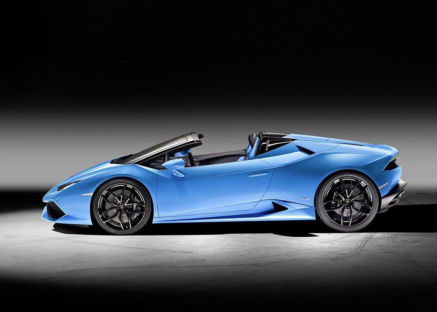 車頂放下時,兩個設計獨特的車鰭展開,置於車身兩側,平穩向下的車頂弧線與上升的車鰭邊緣一起構成了側窗的立體邊框。 Lamborghini提供