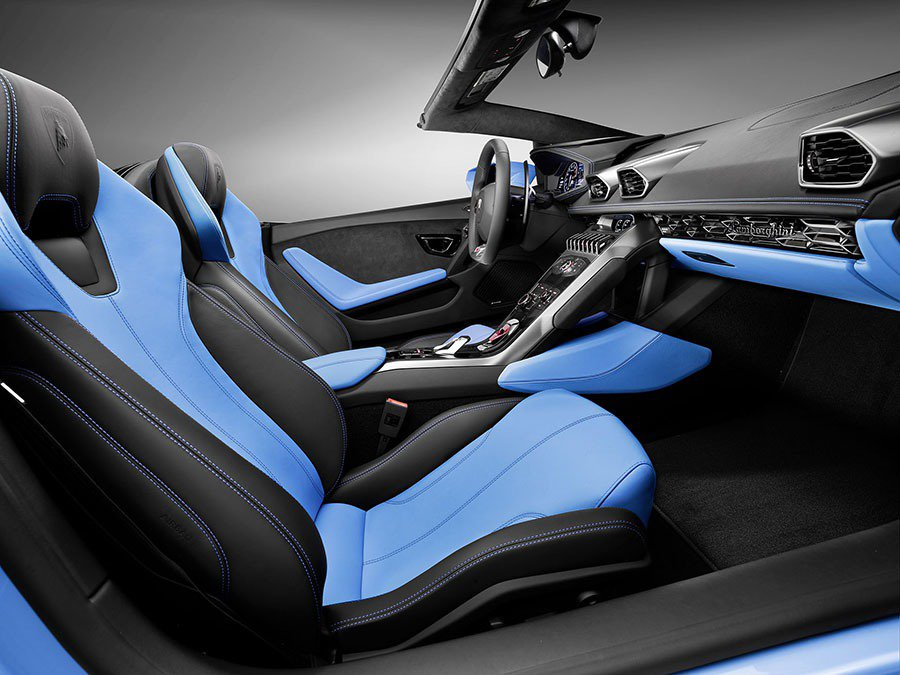 為進一步增加駕駛的舒適性,兩塊可移式側風翼有效降低氣流擾動,即使於高速行駛中,仍能於車內愜意交談 。 Lamborghini提供