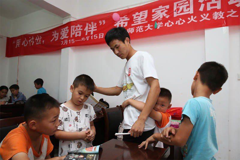 課輔志工不僅為弱勢的學生進行課業輔導,更重要的是陪伴學童。記者徐兆玄/攝影