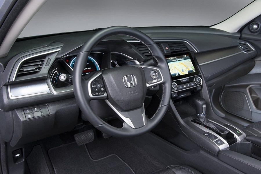 新 Civic座艙還換上了新設計三幅式多功能方向盤、新排檔頭設計、以及新空調控制系統。全新電子式駐車系統也取代了傳統手煞車拉桿。 Honda提供