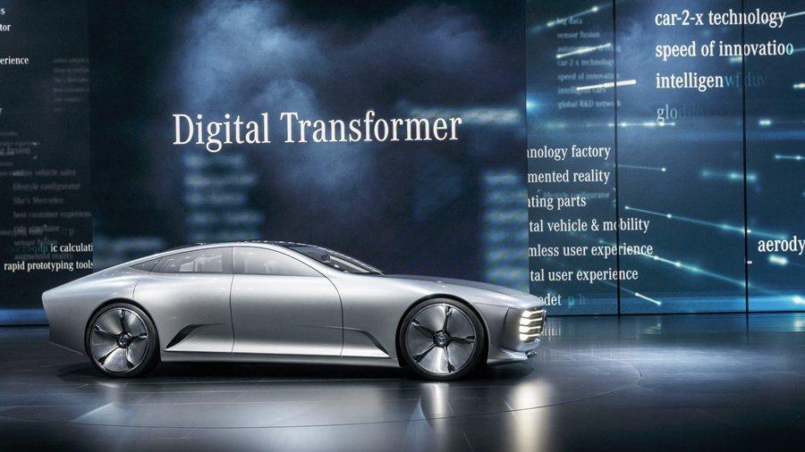 賓士在法蘭克福車展發表一台名為Concept IAA的概念四門轎跑車,當車速達到80公里,它會開始變形,使風阻Cd值僅0.19,成為世界最低風阻係數的車子。 圖/Mwrcedes Benz提供