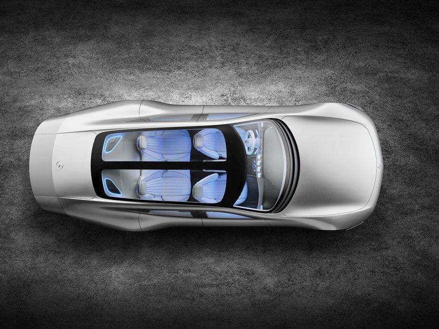 向車尾垂墜的車頂具有高度氣動力效應,車頂為T型的全景式天窗。 圖/Mercedes Benz提供